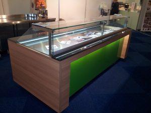 Koeltoonbank voro gebak geplaatst bij banketbakkerij Heerhugowaard